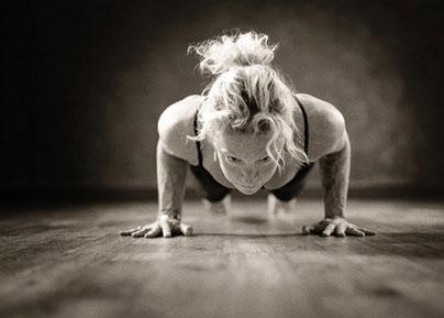 posizione yoga bastone terra