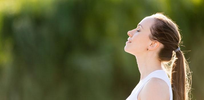 praticare yoga per il torcicollo