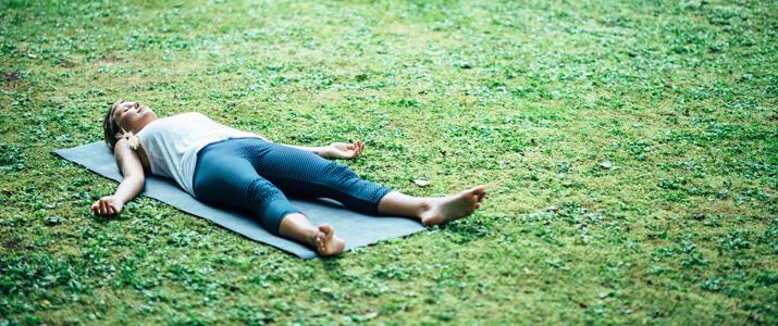 come lasciarsi andare nelle posizioni yoga