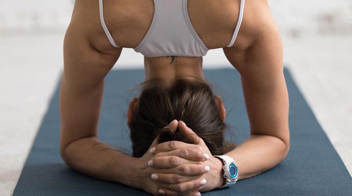 Posizioni yoga asana per riequilibrare sahasrara chakra