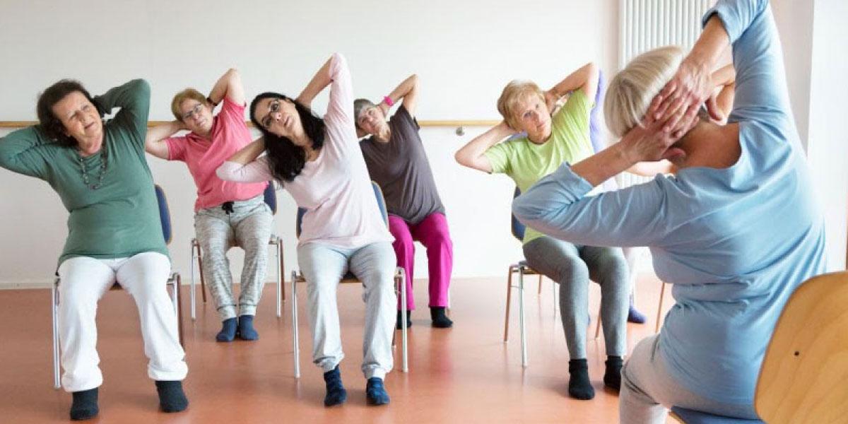 Posizioni yoga per anziani